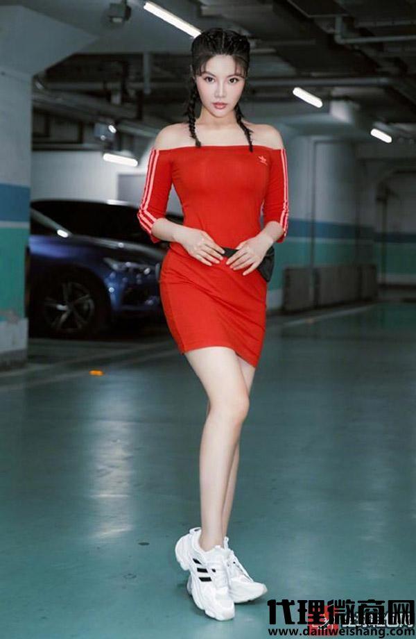 徐冬冬红色运动裙搭小白鞋尽显身材线条,女人味十足